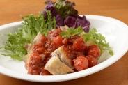 「チキンのゴロゴロトマトソースで」。パリパリっとしたチキンは美味!