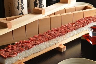 「ユッケ寿司」 驚きの45cmのお寿司!