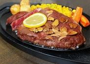 「つるるステーキ」1,000円~(ライス・赤出汁付) ※写真は人気の「熟成サーロイン」