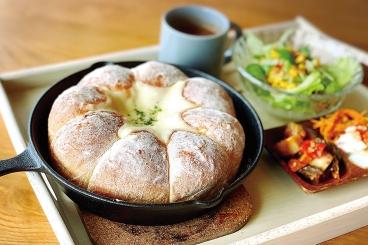 「とろとろチーズのちぎりパンランチプレート」(1,380円税込)とろっとろの濃厚チーズで食べる大きなふわふわちぎりパンでお腹も大満足♪