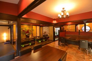 店内は完全個室の座敷をはじめ、テーブル席やカウンターも用意。席間隔も十分にあり、ゆったりと食事を堪能できるのが魅力! 席をつなげて小宴会にも対応してくれるよ。