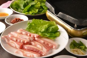 「サムギョプサル」(2人前~・1人前1,480円税別)豚肉を焼いて食べる韓国風焼肉!!分厚い豚肉をニンニク、キムチとともに野菜にくるんでパクリ★