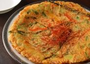 「野菜チヂミ」外はカリカリ中はもっちりとした食感。花苑特製ダレとともにどうぞ!「肉チヂミ」「海鮮チヂミ」もオススメ。