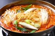 「プデチゲ」唐辛子の辛さがアクセントのチゲ鍋にラーメンが入った、若い人を中心に人気の鍋メニュー!