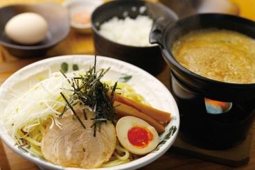 濃厚スープと極太麺の相性抜群な魚介濃厚つけめん(900円)。大満足な豪華盛(1,450円)もあるよ♪ ※価格は税込