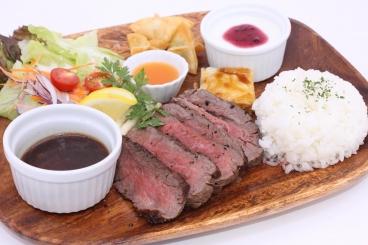 「熟成赤身肉のグリルランチ」和牛ランプ肉を表面はこんがり、中はほんのり赤みが残るように仕上げた贅沢な逸品です。