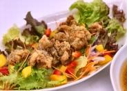 「モチコチキンサラダ」野菜をたっぷり採りたいというお客様に喜んで頂いています。男性のお客様からのご注文も多いんですよ!