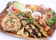 「バリプレート」ナシゴレン(インドネシアの炒飯)とサテ(焼鳥)を組み合わせた人気のメニューです。