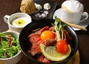 「ローストビーフ丼」サラダ・スープ付 ドリンクセット1,330円 (税込) ※ランチのみ