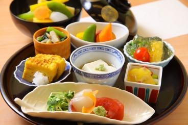 「2019年特別コース」2,019円(税別)   8月は華やかな12種の前菜・天ぷら3種、さらにデザートが6種のよくばりな御膳