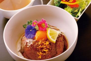 Aランチ「ローストビーフ丼」サラダ・スープ付