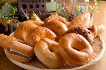 国産の小麦粉を100%使用した香り豊かなふわもち&大好評のベーグル!大人気の「塩パンベーグル」をはじめ20種類程あり、季節ごとにどんどん新作が出るのも楽しみ。テイクアウトのみでもOK!