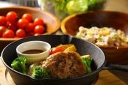 「ハンバーグランチ」1,380円 サラダバー・スープ・ドリンクバー・ごはん付