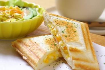 モーニングも人気!ドリンク代のみでトースト、ゆで卵が付いてきてなんと0円(ドリンク代のみ)! 他、写真のホットサンドモーニング(+100円税込)やサンドイッチもあるよ♪
