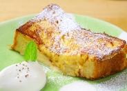 ふんわりデニッシュで作った「フレンチトースト」(ドリンク代+300円税込)。 ふんわり食感のフレンチトーストは珈琲との相性も抜群!