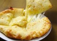 たっぷりのチーズがとろける「チーズナン」500円(税込)