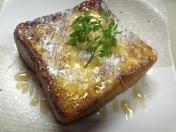 「鉄板極めフレンチトースト」 まるでカスタードプリンのようなふわふわしっとりな極上フレンチトースト。 アカシアの蜂蜜をかけてあります。