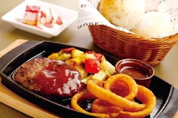 「ルパンベーカリー」では、焼き立てパンは定番人気から季節のパンまでいろいろ。