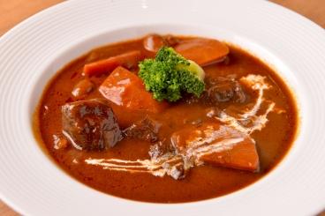牛スネ肉を赤ワインでじっくり煮込んだラパン特製ビーフシチュー
