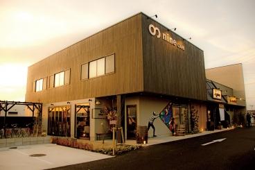 手前からナインカフェ、らぁめん 汐、ヤキニクエイトと3店舗並んでいるよ