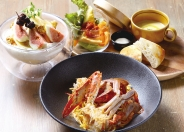 ランチは6種の選べるメインにスープ付前菜プレートがセットで1,380円(税込)