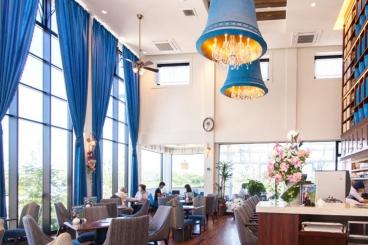 おしゃれな内装のカフェスペースでゆったりと楽しい時間を過ごしてね。テラス席もあるよ♪