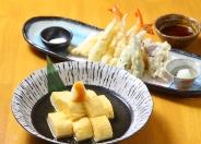 人気の天ぷら盛り合わせなど、夜は単品料理が充実