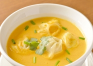 他ではあまり見かけないメニューもあり スープモモ(ネパールの餃子スープ)700円/税込