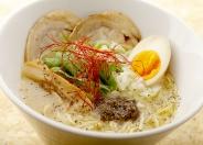 鶏白湯トリュフの香り880円(税込)新感覚の鶏白湯!黒トリュフのペーストオイルが付きます