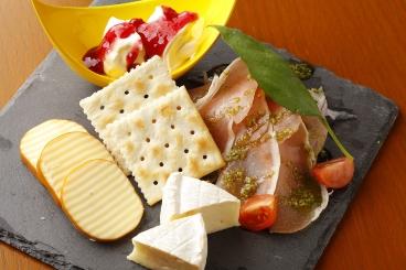 生ハムとチーズの盛合せ 880円(税別)