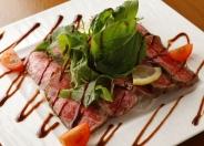 国産牛と旬菜のローストビーフバルサミコソース 980円(税別)