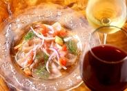 生ハムとワイン。ワインも多数ご用意しております。 ランチタイム限定でWINE FLOW 60分¥600〜で赤ワイン、白ワインをお好きなだけどうぞ