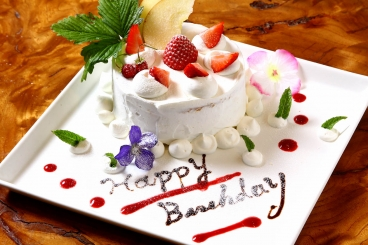 お祝いのホールケーキ。ランチ限定のアニヴァーサリープランなどにお付けしております。
