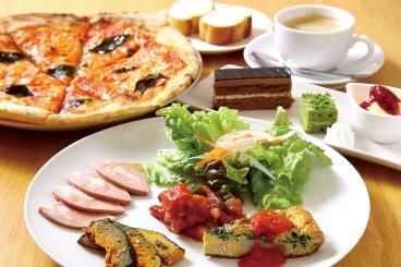 オススメの「Cランチ」。前菜盛り合わせ、本日のパスタorピザorリゾット、デザート盛合わせ、ドリンク付き