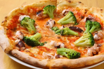 こだわりたっぷりの自家製生地をこんがりと窯で焼き上げた自慢のピザ