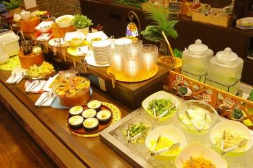 ビュッフェのお惣菜は、野菜をたっぷり使ったメニューから揚げ物までいろいろ