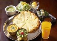 「チーズナンランチ」900円(税別) カレー(12種類より2品選択)、チーズナンorナンorサフランライス、生春巻き。スープ、サラダ、ドリンク、デザート