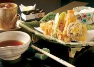 天ぷらコース(カウンター席のみ)の昼は3,000円〜、夜は6,000円〜