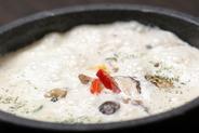 ♪熱々♪…石が暑いので気をつけてね。 石焼ベーコンときのこのイタリアンリゾット 他、石焼きカルボご飯、等… 女子会メニューの人気料理です。