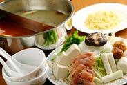 2つの味が楽しめる名物「火鍋&塩旨味鍋」2人で2,100円